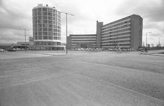Exterieur van het Ikazia Ziekenhuis Rotterdam aan de Montessoriweg 1, 1967. Het ronde gebouw is het zusterhuis. De fotograaf is Ary Groeneveld en de foto komt uit het @stadsarchief010. Rotterdam, Skyscraper, Multi Story Building, History, Skyscrapers, Historia