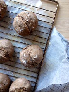 Det er ingen hemmelighed at jeg elsker at bage, jeg er en rigtig-brød pige, og står valget mellem et godt hjemmebagt brød på den ene side og en kage på den anden, så ville jeg vælge brødet til hver en tid. En anden ting jeg holder meget af, er nødder (det er heller ingen hemmelighed), og de....