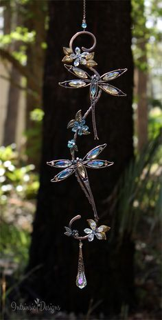 Libellenkristall Suncatcher Source by tjdjwi Dragonfly Decor, Dragonfly Jewelry, Beaded Dragonfly, Wire Crafts, Jewelry Crafts, Wire Wrapped Jewelry, Wire Jewelry, Jewellery, Mirror Ornaments