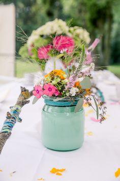 """""""Hippie at Heart"""" DIY-Hochzeit im Gutshof Wilsickow Mateja Müller http://www.hochzeitswahn.de/inspirationen/hippie-at-heart-diy-hochzeit-im-gutshof-wilsickow/ #wedding #mariage #flowers"""