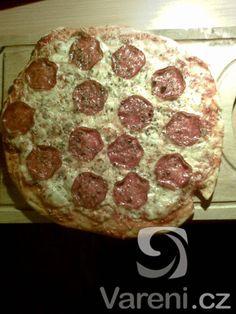 těsto na pizzu  1 lžíce     sůl  500 g     hladká mouka  1 lžíce    olivový olej  1 kostka     droždí  2,5 dl     studená voda Pepperoni, Pizza