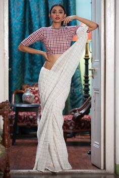 Latest Collection of Saree & Blouse Designs in the photo gallery. Saree & Blouse styles from India's Top Online 🛒Shopping Sites. Trendy Sarees, Stylish Sarees, Cotton Saree Blouse Designs, White Saree Blouse, White Sari, Blouse Patterns, Checks Saree, Modern Saree, Stylish Blouse Design