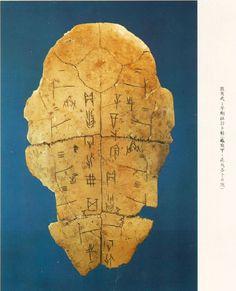Ossi oracolari 甲骨文sin dal periodo 4000 – 3000 a.C. Particolare è il fatto che essi sono stati ritrovati solamente ad Anyang.