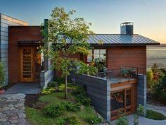บ้านสองชั้นในสไตล์คอนเทมโพรารี่ ที่เน้นวัสดุอย่างไม้และคอนกรีตเป็นส่วนประกอบหลักของบ้าน ที่ได้ทั้งความแข็งแรงและความอบอุ่นในตัว