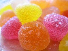 Caramelle di gelatina alla frutta, ricetta Bimby. Ingredienti:120 gr di qualsiasi succo di frutta, 130 gr di zucchero, 5 o 6 fogli di gelatina. Preparazione: