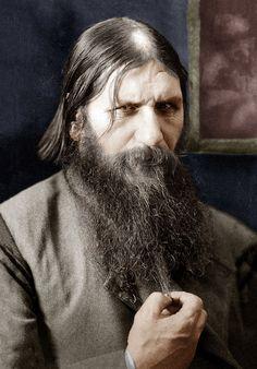 * Grigoriy Yefimovich Rasputin *  (* Aldeia de Pokrovskoie, 22/Janeiro/1869 - São Petersburgo, 30/Dezembro/1916). Místico russo. Monge dissoluto, devasso, licencioso. Após sofrer várias tentativas de assassinatos, foi ferido à bala e lançado no Rio Neva em São Petersburgo.