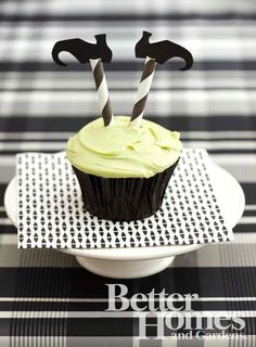 Llove this EASY BREEZY but effective Halloween cupcake from Better Homes and Garden. Legs are just striped straws and the shoes are cut out of construction paper! TOO CUTE! #halloween