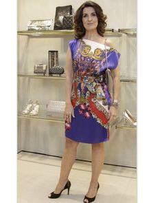 Vestido, com estampa de lenço foi a escolha da apresentadora, Fátima Bernardes;