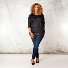 Dit shirt valt vooral op door de stof met glanzend schildpadpatroon. Het model valt ruim (loose fit). Het shirt heeft een ronde hals en aangeknipte ve... Bekijk op http://www.grotematenwebshop.nl/product/shirt-van-x-two-voor-vrouwen-met-grote-maten-34/
