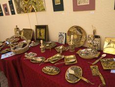 Diverse obiecte uzuale din lemn, marimi si forme diferite, decorate cu schlagmetal auriu, argintiu si culori acrilice. Aspect din expozitie.