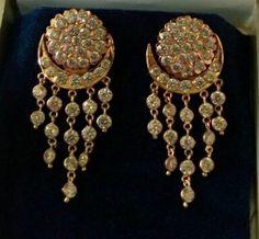 Gold Jewelry With Price Diamond Chandelier Earrings, Gold Jhumka Earrings, Jewelry Design Earrings, Gold Earrings Designs, Cuff Jewelry, Gold Jewellery Design, Jewelery, Jewellry Box, Jewelry Art