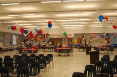 Después del comité de La Cena y Las Decoraciones prepararon la cafetería para La  Noche Internacional. Esto representa lo que la habitación se veía como antes de los visitantes llegaron.