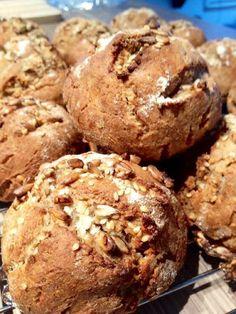 Disse rundstykkene er uten hvete. De er grove og gode, sprø utenpå og myke inni og gir en sunn og deilig start på dagen (passer også godt til lunsj og kveldsmat). Hvetefrie grove rundstykker med so… Muffin Recipes, Bread Recipes, Canned Blueberries, Vegan Scones, Gluten Free Flour Mix, Scones Ingredients, Vegan Blueberry, Fudgy Brownies, Vegan Butter