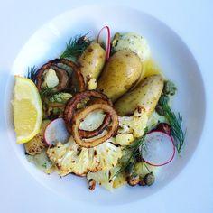 Rostad blomkål med mandelpotatis, ramslöksmajonnäs och lökringar | roasted cauliflower with onion rings and wild garlic mayo tuvessonskan.se