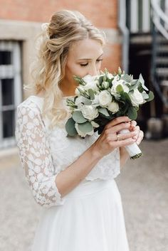 White Wedding Bouquets, Bride Bouquets, Flower Bouquet Wedding, Floral Wedding, Wedding Dresses, Wedding Hair, Bridal Flowers, Minimalist Wedding, Bride Hairstyles