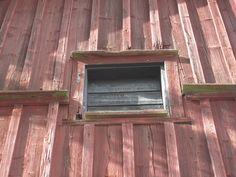 Vanhan museorakennuksen umpeen laudotettu ikkuna