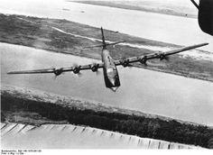 """BV 222 """"Wiking"""" - neues deutsches Großflugboot Das neue deutsche Großraumflugboot der Blohm und Voss Werke BV 222 """"Wiking"""", ist derzeit das größte Flugboot der deutschen Luftwaffe. Das zweistöckige Boot ist 37 Meter lang und 5,6 Meter hoch, die Spannweite der Tragflächen beträgt 46 Meter. Die sechs Motoren arbeiten mit einer Stärke von 7000 PS und geben ihm eine hohe Geschwindigkeit und große Reichweite. Starke Bewaffnung an Kanonen und Maschinengewehren gewährleisten ihre Sicherheit und…"""