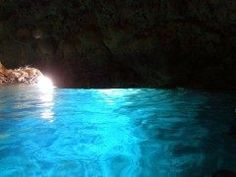 イタリアのカプリ島の青の洞窟が日本にもあるって知ってましたか 日本の青の洞窟は沖縄県恩納村の真栄田岬那覇市内から車で時間で行ける場所にあるんですよ 底の白い石灰岩が日光を反射して洞窟の下から入り込むため洞窟の下から青い光が湧き上がって見えるそうです この青さはどこか神秘的 一度行ってシュノーケリングやダイビングを楽しんでみてね tags[沖縄県]