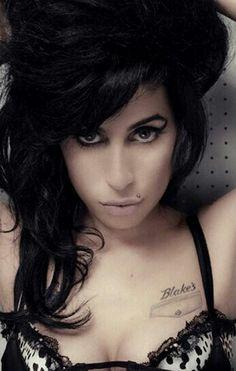 # Descrever as investidas dos ventos, a ousadia dos assanhados dos teus cabelos, eleva-me a tortura do acariciá-los, confunde a tua juventude com a repugnância da minha experiência, e torna-me a existência dos mortais. Texto: Marcelo H. Zacarelli -  Do poema: Ópera Deprimente Amy Winehouse