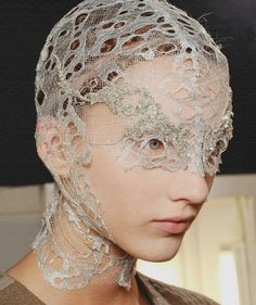 Alexander McQueen - headpiece or face covering Mode Bizarre, Alexandre Mcqueen, Alexander Mcqueen Couture, Wave Gotik, Mode Costume, Mode Editorials, Fashion Art, Fashion Design, Headgear