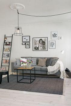 Dans cet appartement, les grands espaces nets laissent la vedette au graphisme et au noir et blanc jusque dans la chambre où le papier peint rayé donne de la personnalité alors que la pièce est meublé