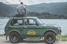 eldispersor: Somos apaixonados por moto, mas o que vocês acham desse Lada Niva? // We are passionate about bike, but what do you think of Lada Niva? by luccacustoms Auto Camping, Jimny Suzuki, Automobile, Adventure Car, Offroader, Expedition Vehicle, Pick Up, Motor Car, Cars And Motorcycles