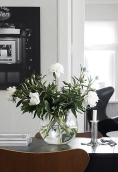 A simple table arrangement can certainly make a stand, which is why we have decided this time for fl Table Arrangements, Floral Arrangements, Floral Centrepieces, Flower Arrangement, Room Inspiration, Interior Inspiration, Glass Dining Room Table, Dining Rooms, Interior Styling