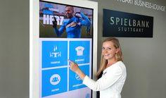 """Die Touchstele mit 47"""" bietet Gästen die Möglichkeit sich interaktiv zu informieren"""