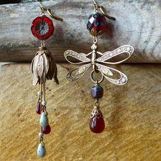 Boucles d'oreille dissociées Libellule et clochette des bois, b.o. féeriques, rouge bordeaux grenat, Printemps