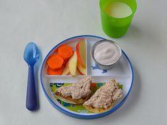 Atún, pan tostado, zanahorias, manzana y yogurt