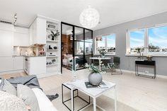 V bytovém designu všech skandinávských zemích zpravidla dominuje jednoduchý nábytek, světlé vybavení, přírodní materiály a spousta světla. Typickým příkladem využití všech těchto aspektů v praxi je malý švédský byt o velikosti 40m2.