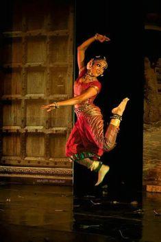 bharatanatyam performance by rukmini vijayakumar Isadora Duncan, Folk Dance, Dance Art, Indian Photoshoot, Indian Classical Dance, People Dancing, Dance Movement, Dance Poses, Ballet