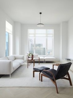 New York interior designer Magdalena Keck has used brand-name furnishings and a monochrome palette to create a minimal apartment in Lower Manhattan. Interior Design Minimalist, Home Interior Design, Modern Design, Sofa Furniture, Living Room Furniture, City Living, Living Spaces, Living Rooms, Minimal Apartment