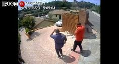 I ladri entrano nel giardino della villa e rubanola Mercedes: regista li filma e mette il video online