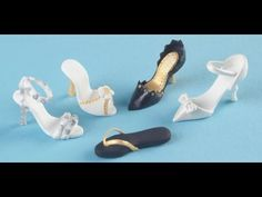Franklysweet Tiny sugar shoes - high heels with gold bow  http://cakesdecor.com/entries/1522-tiny-gumpaste-high-heel-shoes-for-cupcakes-tutorial