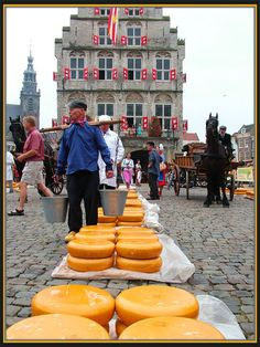 Cheese Market - Gouda, Zuid Holland It's fun to watch the buyers and sellers bargain prices. I had the best ham and cheese sandwich on that square. Gouda, Dutch Cheese, Netherlands Food, Holiday Places, Dutch Recipes, Queso, Farmers Market, Street Food, The Good Place