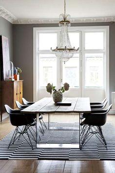 SPISEBORDET: Spisebordet har Glenn og faren laget hjemme på slektsgården på Toten, det består av understell i stål, og bordplate laget av fire planker behandlet med jernvitriol for å gi patina. Tilleggspatina får bordet når gode venner samles rundt det, noe som skjer ofte. Teppet er fra Ikea, stolene fra Vitra, lysestaken fra Slettvoll. Lysekronen er tvillingen til den som henger i stuen.