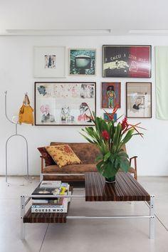 Arte na parede: o cabide de bolsa é também luminária, da Garimpo Fuxique. O sofá é da Arquivo Vivo. E os quadros são ilustrações e pinturas de artistas como Antônio Roseno de Lima