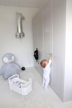 Homevialaura | A.S.Helsingö | Feather Grey | Ensiö doors and Bagel handles | Ikea hack for Pax wardrobes | neutral nursery decor