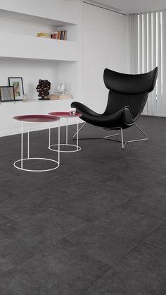 Pvc vloer tegels betonlook. Geschikt voor alle ruimten zoals de badkamer, woonkamer, keuken of slaapkamer. Past zowel in een modern interieur als een industrieel Interieur. Geschikt voor vloerverwarming. Bestel tot 6 gratis vloerstalen op onze website. #pvcvloer #pvc #vloer #badkamer #woonkamer #keuken #tegels #klik #licht #donker #zwart #grijs