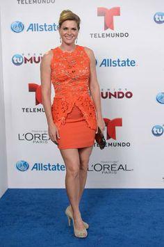 Sonya Smith optó por un conjunto de dos piezas color zanahoria, una tonalidad que realza a la perfección su belleza. La parte superior compuesta por un blusón de encaje en corte peplum y una falda compañera lisa que complementaba el atuendo.