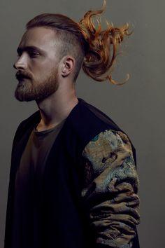 Taglio capelli lunghi uomo rasato ai lati e con barba