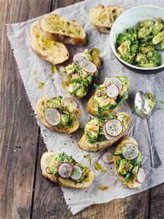 Geröstete Mandeln und Avocado auf leckerem Brot - Bruschetta #bruschetta #avocado #frühstück #edeka