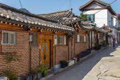 Você já ouviu falar da Bukchon Hanok Village em Seul? É um dos lugares da capital mais interessantes para se descobrir.