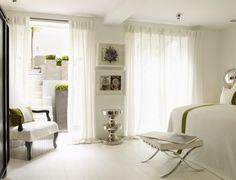 weiße-schlafzimmermoebel-stil-gestaltung-traditionell-modern-metall-elemente-gardinen-fenster
