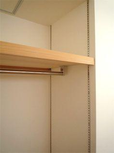可動式の棚にポールをつけて、成長とともに高さを調整 クローゼット 子供部屋 Japanese Home Decor, Japanese House, Walk In Closet, Room Organization, Lockers, Locker Storage, House Plans, Shelves, House Design