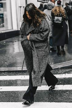 Street style New York Fashion Week, febrero 2017 © Diego Anciano Warm Outfits, Casual Outfits, Outing Outfit, Tweed, Mode Mantel, Garance, Mode Inspiration, Street Chic, Minimalist Fashion
