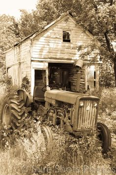 Beautiful capture of old farm that hearkens back to simpler times (mkc via Sandra Hill Flood).