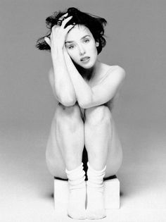 Having won the César Award for Best Actress five times, Isabelle Adjani is arguably the Meryl Streep of France. Isabelle Adjani, Figure Photography, Photography Women, Portrait Photography, Implied Photography, Human Poses Reference, Annie Leibovitz, Body Poses, French Actress