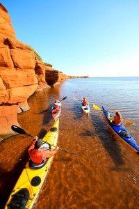 Kayak autour des Îles de la Madeleine © Éric Marchand Rafting, Quebec, Camping En Kayak, Water Aerobics, Kayak Paddle, Seaside Decor, Excursion, Paradis, Paddle Boarding